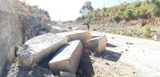 Đường bị đất đá vùi lấp nhiều tháng chưa khắc phục  ảnh 19