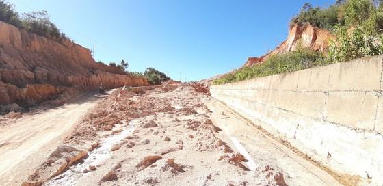 Đường bị đất đá vùi lấp nhiều tháng chưa khắc phục  ảnh 22