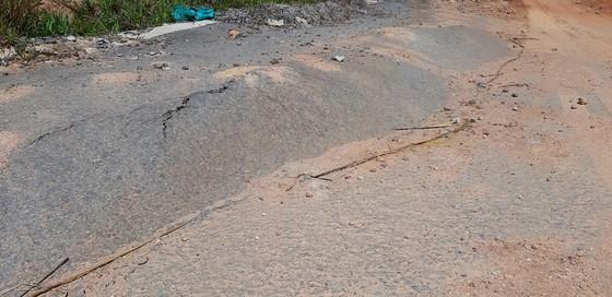 Vụ đường tránh 543 tỷ đồng bị vùi lấp, 4 tháng vẫn chưa sửa: Mặt đường nhựa bể nát, gãy đứt ảnh 8