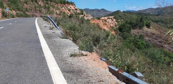 Vụ đường tránh 543 tỷ đồng bị vùi lấp, 4 tháng vẫn chưa sửa: Mặt đường nhựa bể nát, gãy đứt ảnh 7