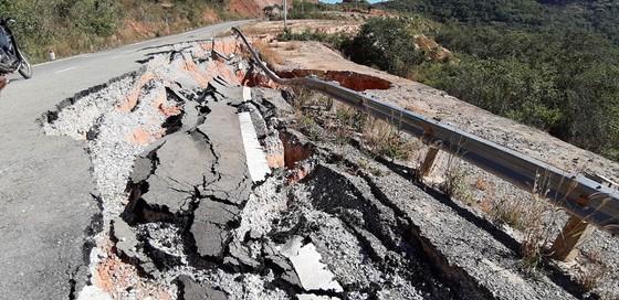 Vụ đường tránh 543 tỷ đồng bị vùi lấp, 4 tháng vẫn chưa sửa: Mặt đường nhựa bể nát, gãy đứt ảnh 1