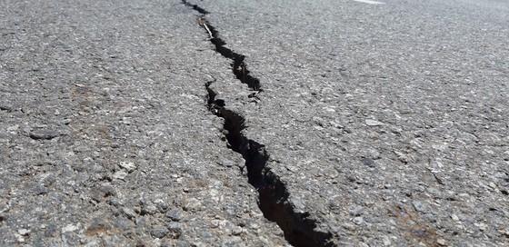 Vụ đường tránh 543 tỷ đồng bị vùi lấp, 4 tháng vẫn chưa sửa: Mặt đường nhựa bể nát, gãy đứt ảnh 10
