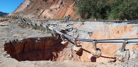 Tỉnh Kon Tum chỉ đạo khắc phục hư hỏng trên đường tránh đèo Măng Rơi ảnh 2