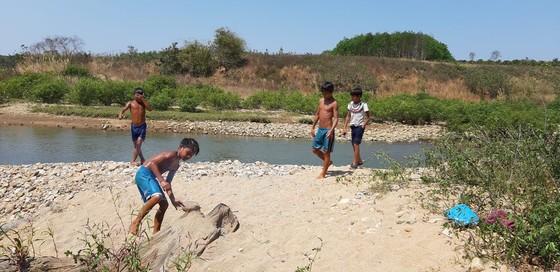 Tắm sông, 2 cháu bé mất tích ảnh 1