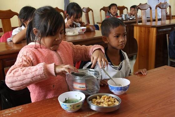 Giáo viên vùng cao nấu cơm trưa miễn phí cho học sinh ảnh 15