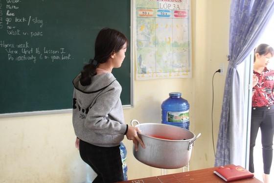 Giáo viên vùng cao nấu cơm trưa miễn phí cho học sinh ảnh 18