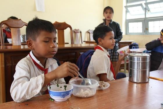 Giáo viên vùng cao nấu cơm trưa miễn phí cho học sinh ảnh 17