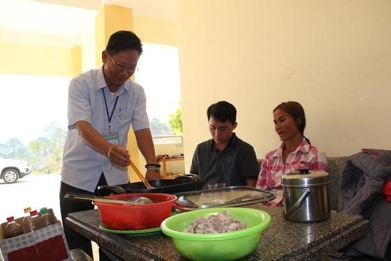 Giáo viên vùng cao nấu cơm trưa miễn phí cho học sinh ảnh 2