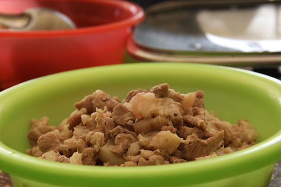Giáo viên vùng cao nấu cơm trưa miễn phí cho học sinh ảnh 4