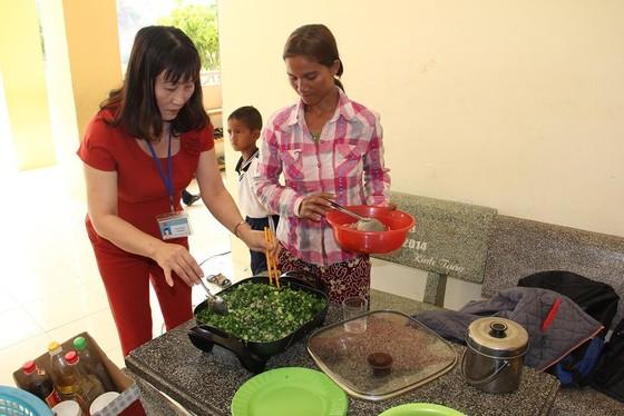 Giáo viên vùng cao nấu cơm trưa miễn phí cho học sinh ảnh 3
