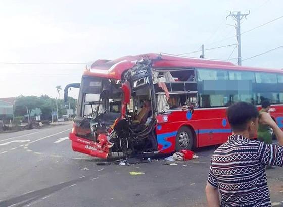 Hai xe khách đâm nhau, 7 người nhập viện khẩn cấp ảnh 1