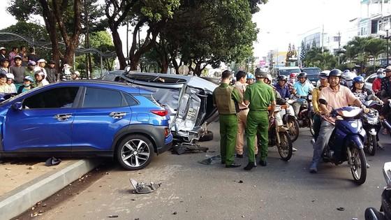 Xe ô tô tông liên hoàn, 5 người bị thương ảnh 1