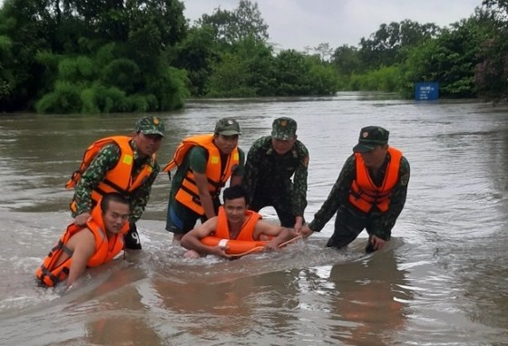 Mưa lớn, 30.000 hộ dân ở Đắk Lắk vẫn đang bị cô lập ảnh 6