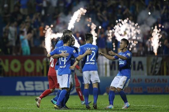 Niềm vui của Than Quảng Ninh sau bàn thắng thứ 3. Ảnh: MINH HOÀNG