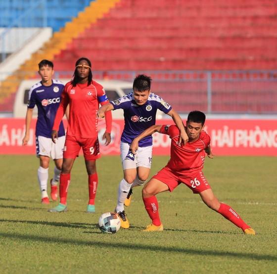 Đầu trận đấu các cầu thủ hai đội chơi dưới nắng nóng lên đến 40 độ C. Ảnh: Minh Hoàng