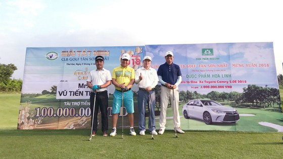 Golfer Trần Mạnh Hùng (áo vàng) nhận giải Hole-in-One đầu tiên trong năm 2018. Ảnh: GolfMaster