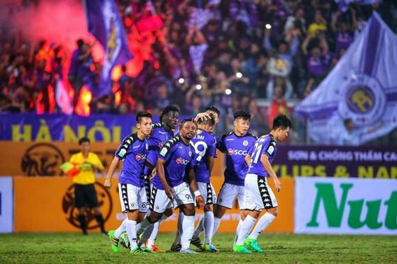 Các cầu thủ Hà Nội ăn mừng trận thắng ra quân mùa bóng mới. Ảnh: MINH HOÀNG