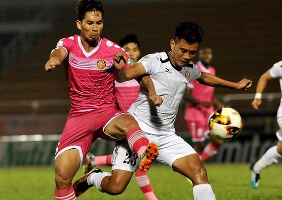 CLB Sài Gòn (trái) nếm mùi thất bại trong trận derby với CLB TPHCM. Ảnh: NGUYỄN NHÂN