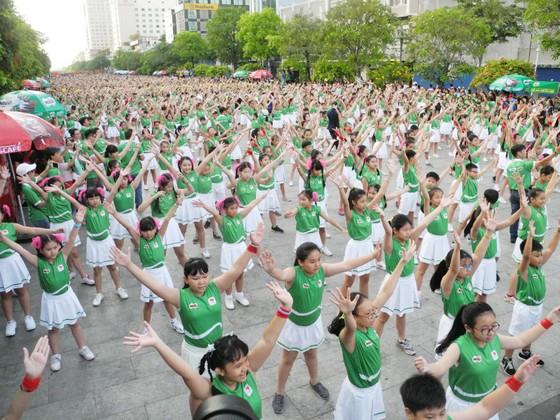 Màn đồng diễn của 3.000 học sinh TPHCM trước khi diễn ra ngày chạy Olympic. Ảnh: NGUYỄN NHÂN