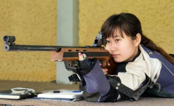 Xạ thủ xinh đẹp Đào Thu Trang (Hải Phòng) thi đấu nội dung súng trường nữ. Ảnh: THIÊN HOÀNG
