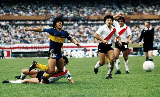 Maradona mang băng đội trưởng của Boca Juniors trong trận Siêu kinh điển đầu tiên với River Plate. Ảnh: These Football Times.