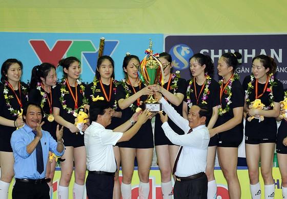Ông Ngô Văn Đông (trái) và lãnh đạo tỉnh Quảng Nam trao Cúp vô địch cho CLB Giang Tô. Ảnh: DŨNG PHƯƠNG