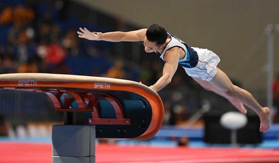 VĐV Lê Thanh Tùng thi đấu nội dung nhảy chống. Ảnh: THIÊN HOÀNG