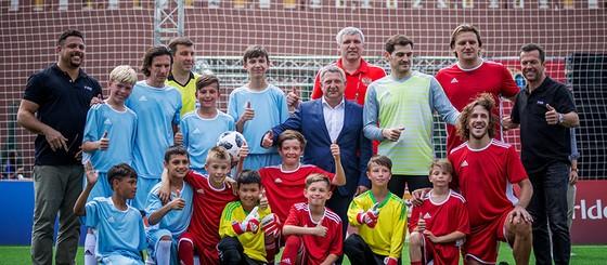 Tổng thống Putin trổ tài đá bóng cùng Chủ tịch FIFA ảnh 4