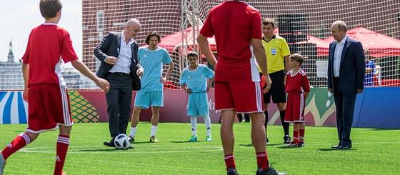 Tổng thống Putin trổ tài đá bóng cùng Chủ tịch FIFA ảnh 3