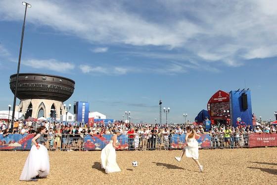 Người đẹp xứ Bạch Dương diện váy cưới đá bóng vì đội tuyển ảnh 1