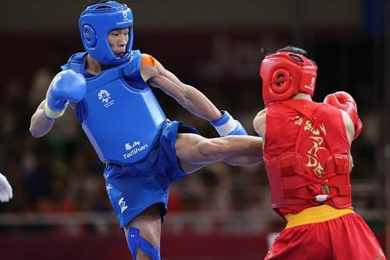 Bùi Trường Giang (giáp xanh) trong trận chung kết gặp võ sĩ Trung Quốc. Ảnh: DŨNG PHƯƠNG