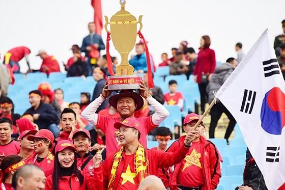 Mỹ Đình tràn ngập sắc đỏ-vàng trước trận chung kết AFF Cup ảnh 4