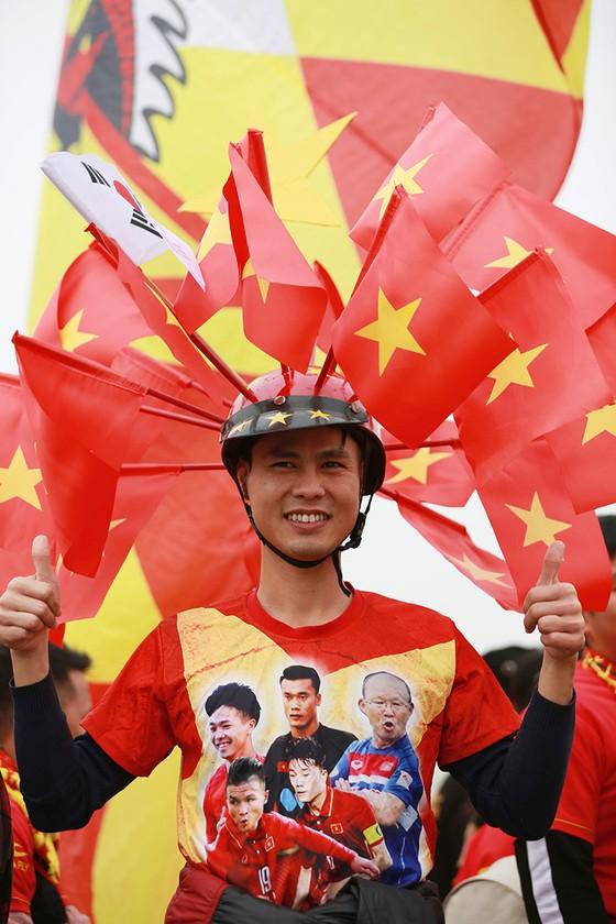 Mỹ Đình tràn ngập sắc đỏ-vàng trước trận chung kết AFF Cup ảnh 8