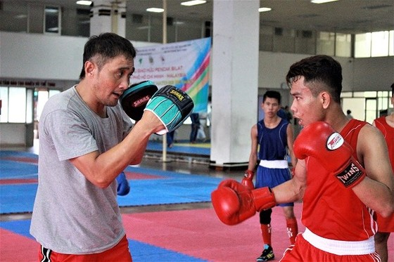 cựu võ sĩ từng vô địch quyền Anh hạng trung thế giới Shinji Takehara (trái) sẽ thi đấu biểu diễn tại TPHCM.