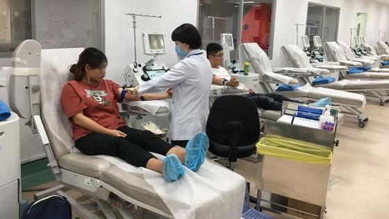 Đông đảo người dân tham gia hiến máu vì bệnh nhân ung thư ảnh 1