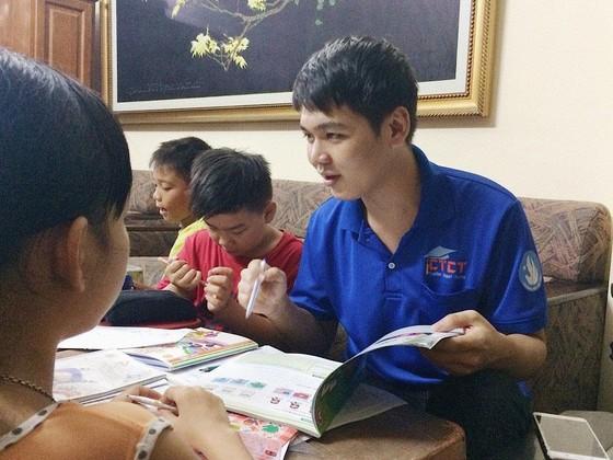 Những gia sư áo xanh mang con chữ đến trẻ em nghèo ảnh 2