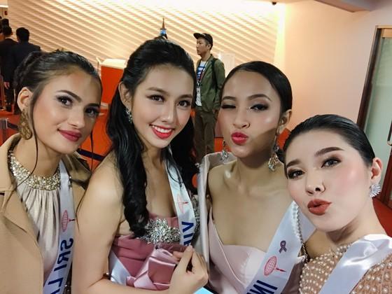 Thùy Tiên vào top 10 trang phục dạ hội đẹp nhất đêm khai mạc Miss International 2018 ảnh 1