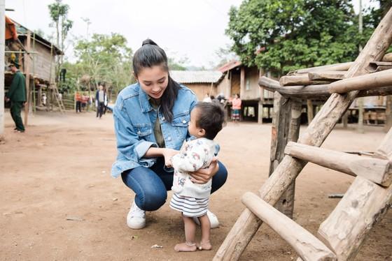 Hoa hậu Tiểu Vy trở lại thăm bà con bản Nịu ảnh 2
