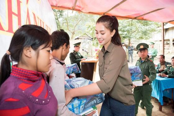 Hoa hậu Tiểu Vy trở lại thăm bà con bản Nịu ảnh 1