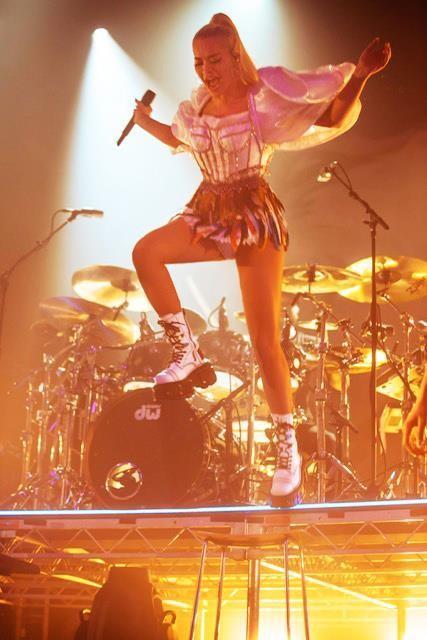 Rita Ora diện thiết kế của Công Trí trên sân khấu tour Pheonix ảnh 4