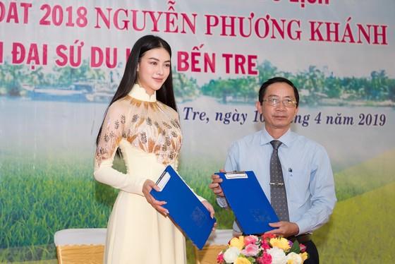 Hoa hậu Phương Khánh tại buổi ký kết