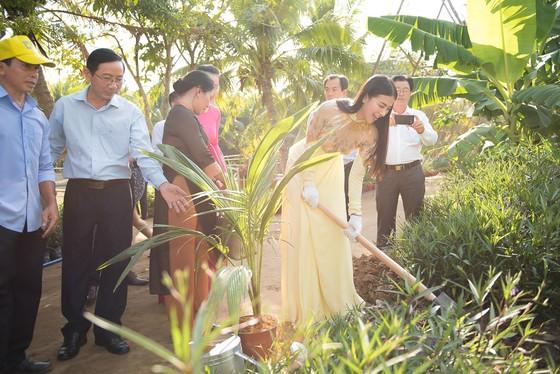 Sau buổi lễ ký kết, Phương Khánh tham gia một hoạt động môi trường tại địa phương