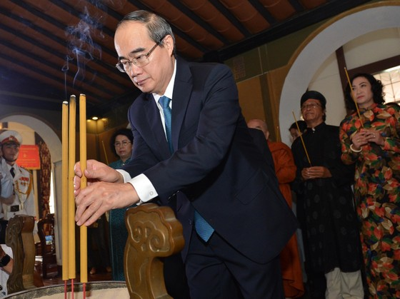 Lãnh đạo TPHCM dâng hương tưởng nhớ Chủ tịch Tôn Đức Thắng ảnh 1
