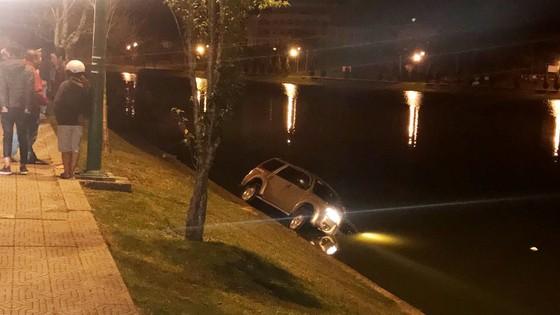 Xe hơi chở 5 người lao xuống hồ Xuân Hương trong đêm ảnh 1
