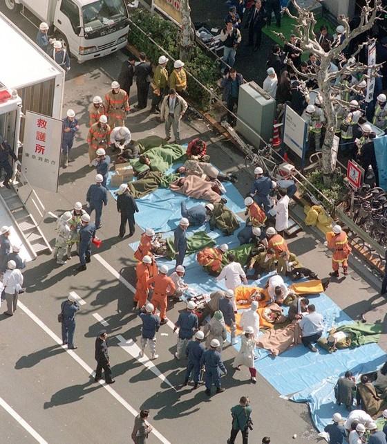 Nhật Bản tử hình thủ lĩnh giáo phái tận thế tấn công tàu điện ngầm Tokyo bằng khí độc sarin ảnh 2