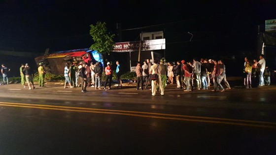Lật xe khách lúc rạng sáng, 1 người chết, hơn 10 người bị thương  ảnh 1