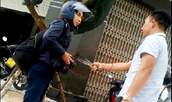 Đối tượng cầm dao dọa giết phóng viên tiếp tục có biểu hiện dọa trả thù  ảnh 1