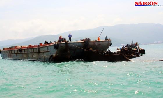 Cận cảnh thợ lặn ngâm mình giữa biển, tìm cách lặn vào khoang tàu đắm ảnh 8