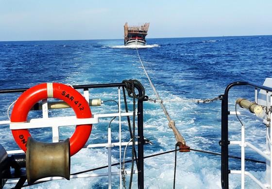 Cận cảnh tàu SAR vượt biển cứu 49 ngư dân bị ngộ độc nguy cấp trên biển ảnh 1