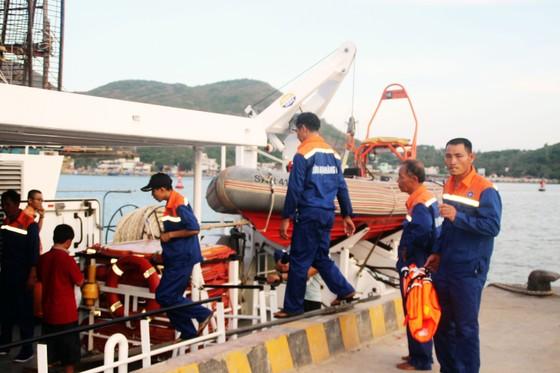 Cận cảnh tàu SAR vượt biển cứu 49 ngư dân bị ngộ độc nguy cấp trên biển ảnh 3
